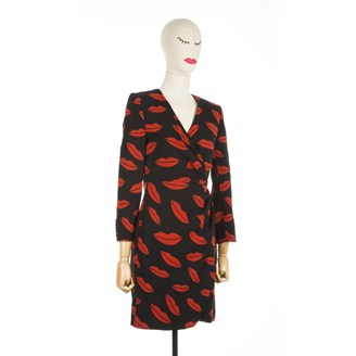 black-long-sleeved-dress-with-red-lips